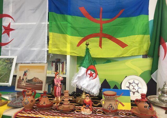 Les drapeaux algérien et berbère