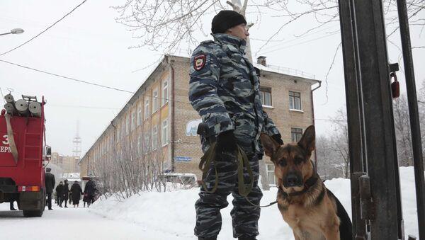 la police près d'une école à Perm - Sputnik France