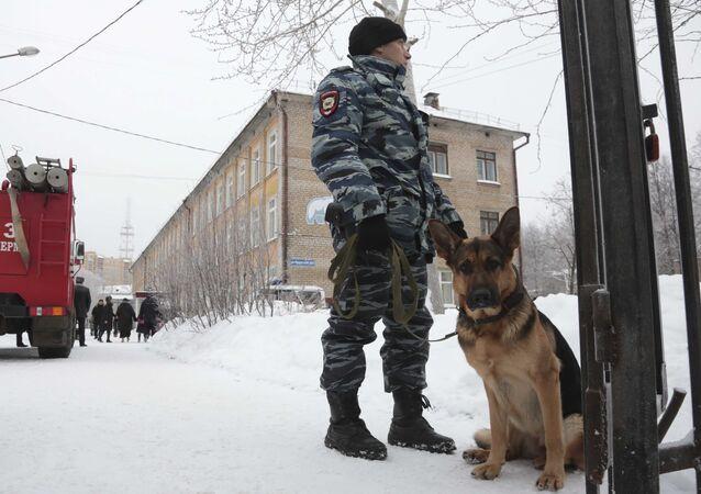 la police près d'une école à Perm