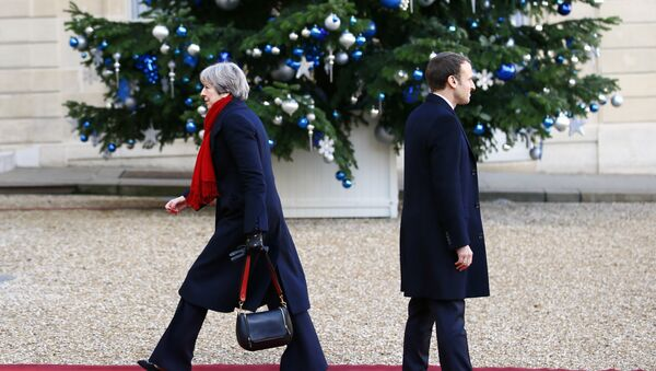 British Prime Minister Theresa May is welcomed by French President Emmanuel Macron before a lunch at the Elysee Palace in Paris, Tuesday, Dec. 12, 2017 - Sputnik France