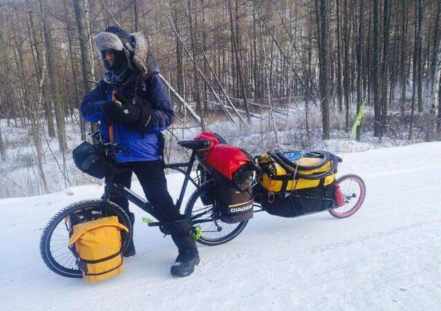 «Never Never», tel est l'intitulé du voyage du cycliste français Yves Chaloin
