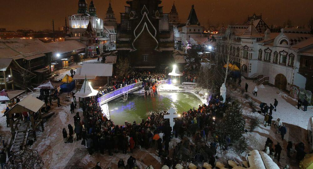 Des Français plongent dans l'eau glaciale à Moscou pour la Théophanie (photos, vidéos)