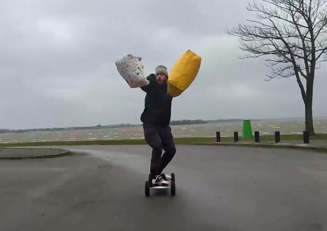 Un kit pour véliplanchiste débutant: deux sacs et un skateboard