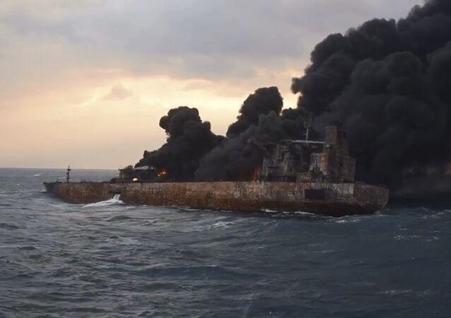 Le pétrolier iranien Sanchi en flammes