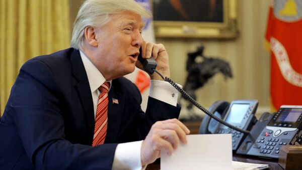 U.S. President Donald Trump congratulates Prime Minister Leo Varadkar of Ireland, during a phone call at the Oval Office of the White House in Washington, U.S., June 27, 2017 - Sputnik France