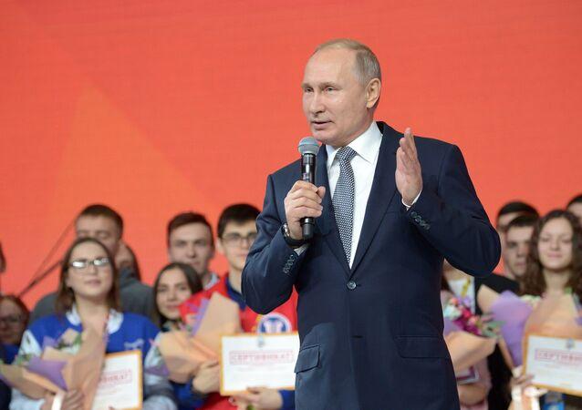 Vladimir Poutine au forum estudiantin à Kazan