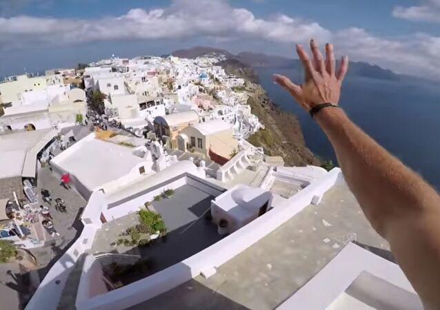 Une course sur les toits de Santorin