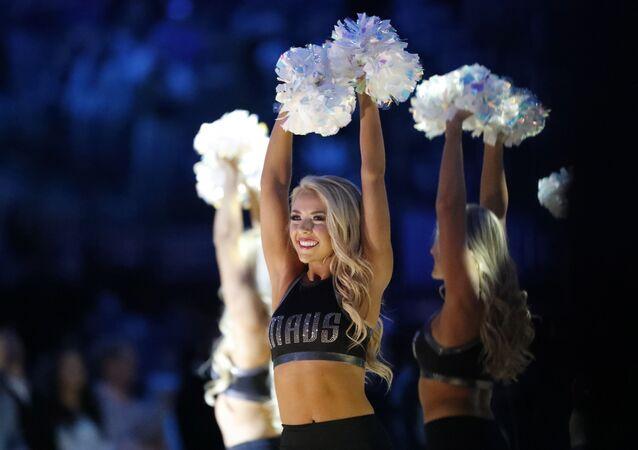 Les danseurs de Dallas Mavericks se produisent avant un match de basketball