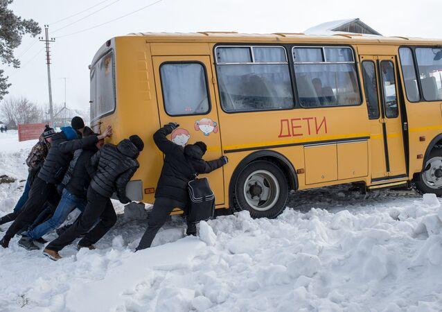 Bus, avions, tramways: comment les Russes les extraient des congères à mains nues / image d'illustration