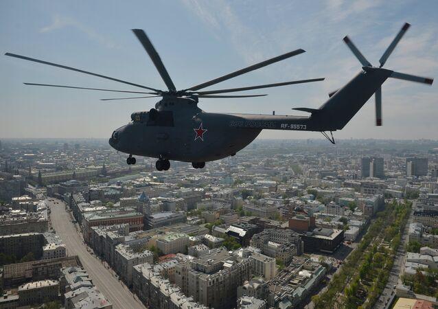 Un hélicoptère de transport lourd Mi-26 survole Moscou