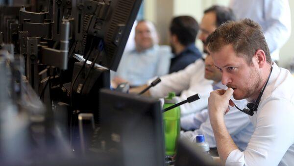 A trader works at XP Investimentos brokerage in Sao Paulo, Brazil, September 10, 2015. - Sputnik France