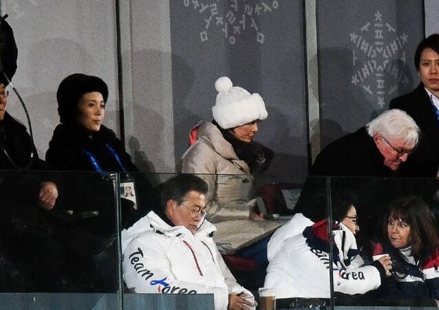 Kim Yo-jong (à gauche)  et le président sud-coréen Moon Jae-in à Pyeongchang