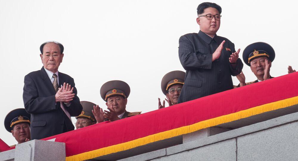 Kim Jong-un pendant un défilé mlitaire à Pyongyang.