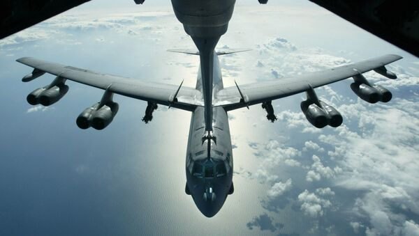 A US Air Force B-52 bomber returning from a mission over Iraq is refueling from a KC-10 plane over the Black Sea, in this Friday, March 28, 2003 photo - Sputnik France