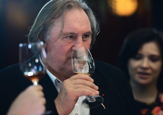 Gérard Depardieu à une dégusation de vin en Crimée