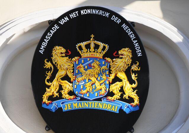Les armoiries des Pays-Bas sur le bâtiment de l'ambassade néerlandaise à Moscou