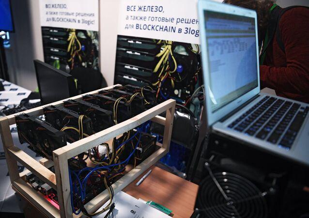 Une mine de bitcoin présentée lors de la conférence Russian Blockchain Week 2017 à Moscou