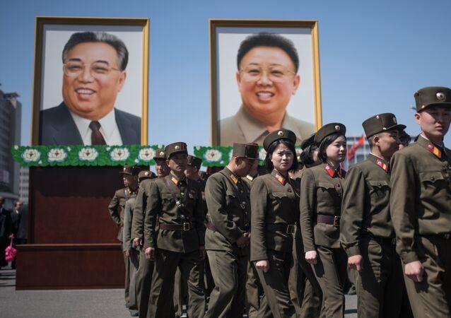 Les portraits de Kim Il-sung et de son fils Kim Jong-il