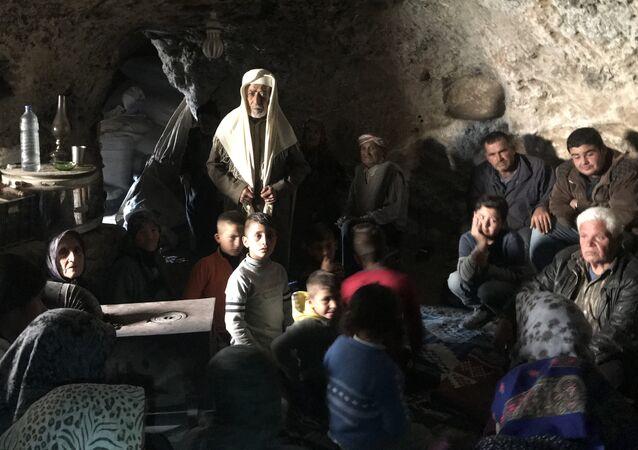 Les réfugiés kurdes se cachent de l'aviation et de l'artillerie turques dans les grottes de montagne du canton d'Afrin.