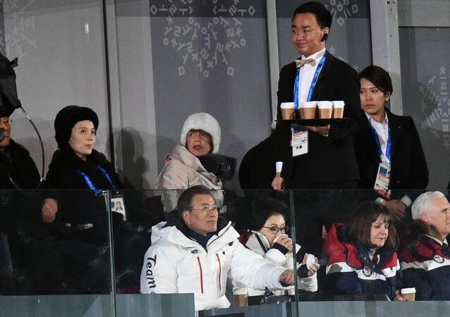 Kim Yo-jong, la sœur du dirigeant nord-coréen Kim Jong-un, le Président sud-coréen Moon Jae-in et le vice-président américain Mike Pence pendant la cérémonie d'ouverture des Jeux olympiques de Pyeongchang