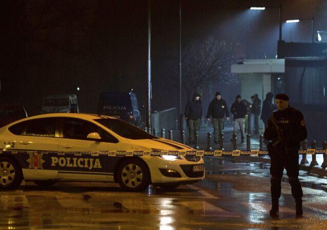 La police surveille l'entrée du bâtiment de l'ambassade des États-Unis à Podgorica