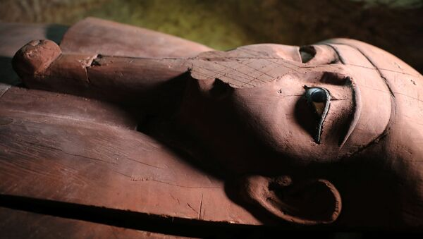 A wooden coffin inside the recently discovered burial site in Minya, Egypt February 24, 2018. - Sputnik France