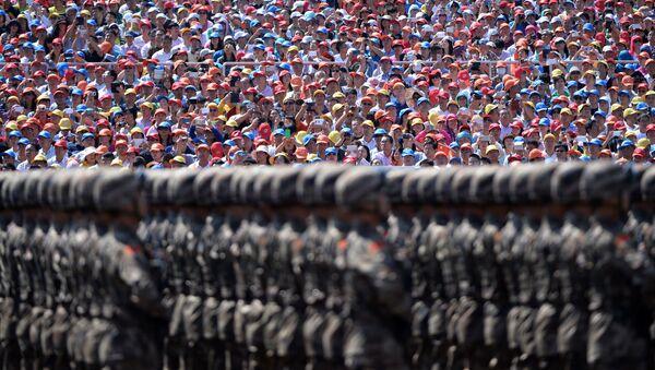 Зрители наблюдают за маршем китайских солдат во  время военного парада на площади Тяньаньмэнь в Пекине - Sputnik France