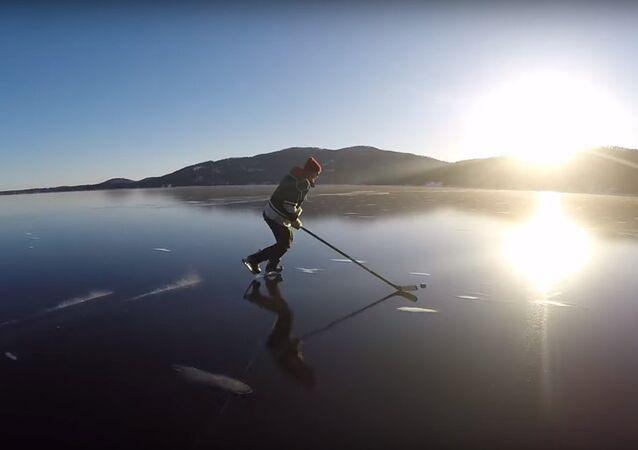 Des hockeyeurs patinent sur la glace cristalline d'un lac