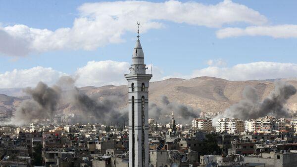 Fumée au-dessus de la Ghouta orientale, en Syrie - Sputnik France