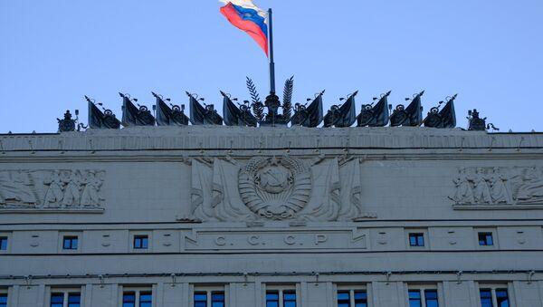 Флаг на здании министерства обороны РФ на Фрунзенской набережной в Москве. - Sputnik France