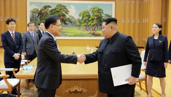 Le leader nord-coréen Kim Jong-Un (à droite) reçoit l'émissaire sud-coréen Chung Eui-ong lundi à Pyongyang - Sputnik France