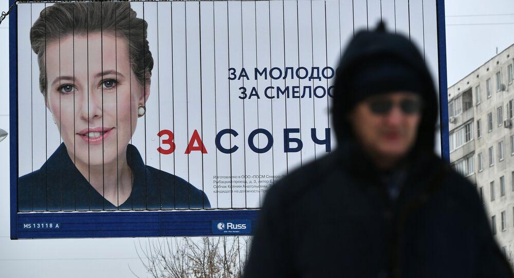Panneau d'affichage avec une photo de la candidate Sobtchak