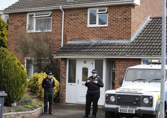 Des policiers devant la maison de l'ancien agent double Sergei Skripal à Salisbury, le mardi 6 mars 2018