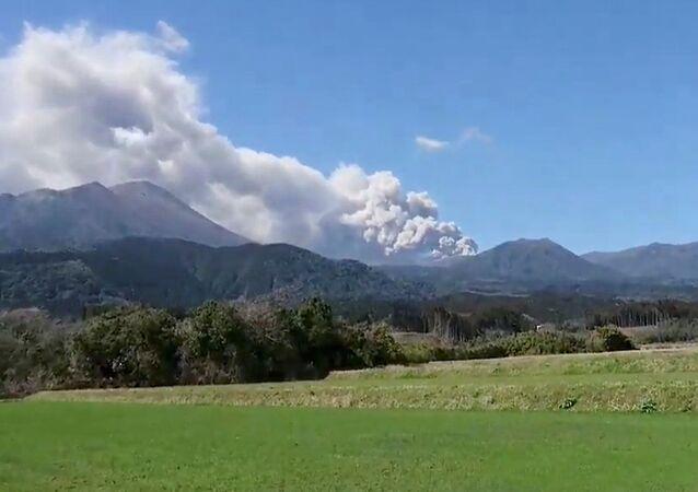 Le mont Shinmoe en éruption