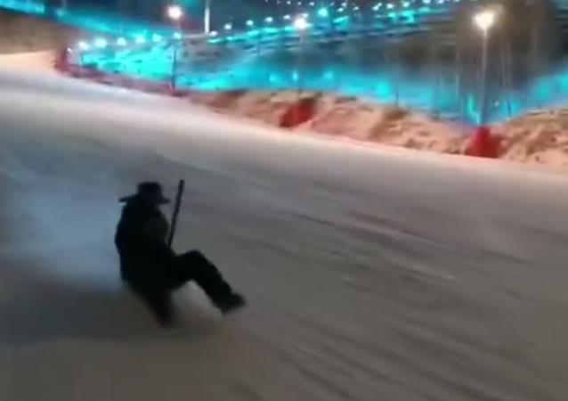 Qui a besoin d'un snowboard quand il a un une pelle?
