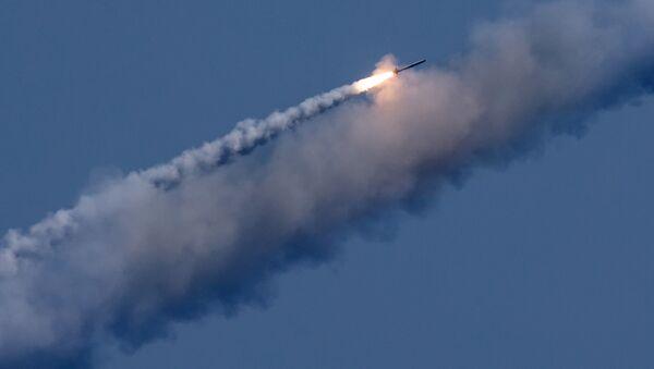 Un missile russe Kalibr visant une cible terroriste en Syrie - Sputnik France