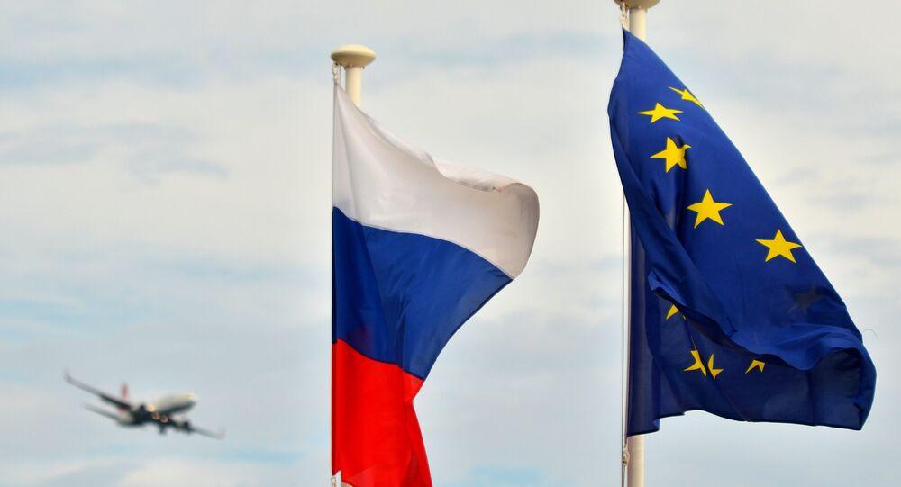 Les drapeaux de la Russie et de l'union européenne