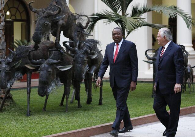 Le président du Kenya, Uhuru Kenyatta (à gauche), se promène avec le secrétaire d'Etat américain Rex Tillerson