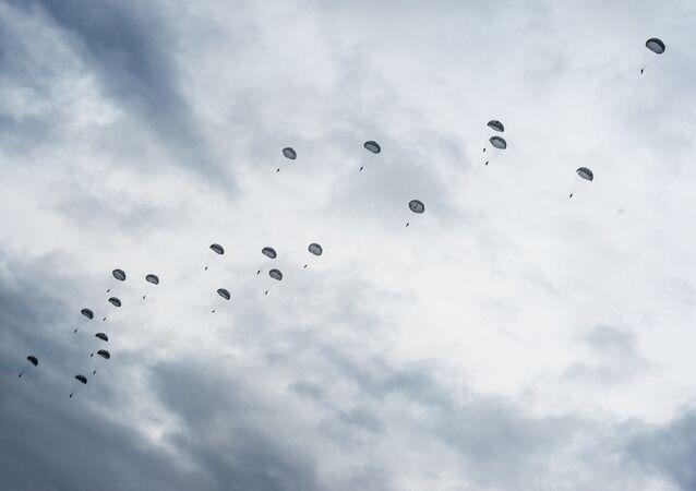 sauts en parachute, image d'illustration