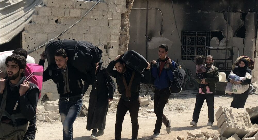 Des civils quittent la Ghouta orientale par le couloir humanitaire à Hammouria