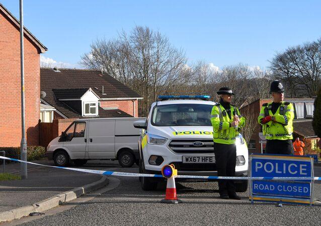 Des policiers aux abords de la maison de Sergueï Skripal à Salisbury