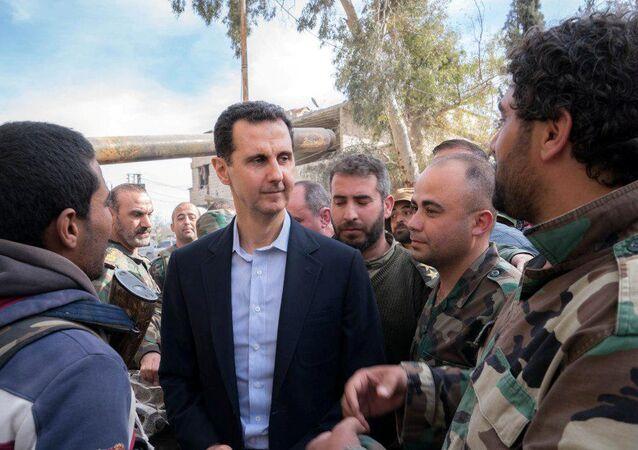 Bachar el-Assad et militaires syriens