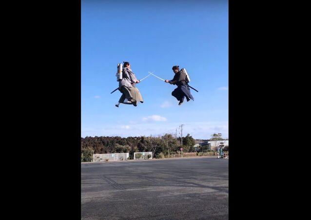 Un combat de samouraïs volant dans les airs