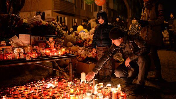 Жители зажигают свечи в память о погибших при пожаре в торговом центре «Зимняя вишня» в Кемерово. - Sputnik France