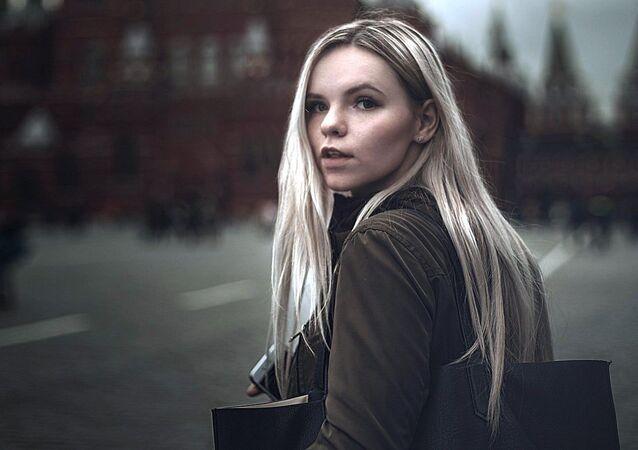 Une jeune femme sur la Place Rouge, à Moscou