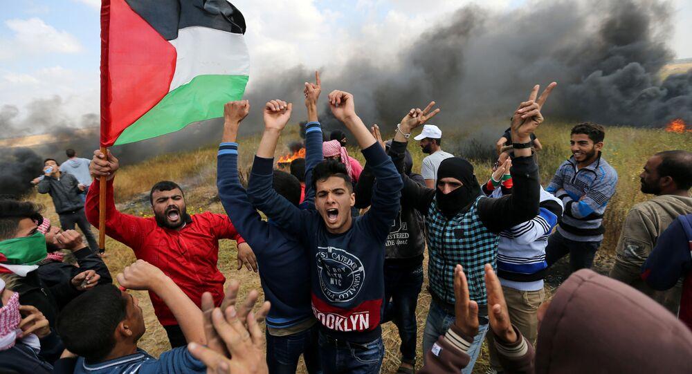 Face à face sous tension entre Palestiniens et soldats israéliens à la frontière de Gaza
