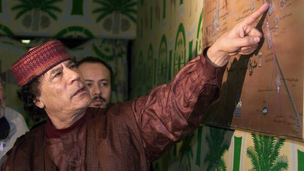 Libyan Colonel Moamer Kadhafi shows his plan for irrigating the Libyan desert by a system of artificial lakes and rivers at his bunker-camp in Tripoli. (File) - Sputnik France