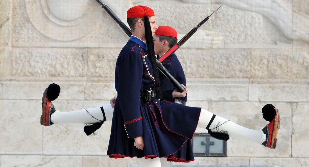 Des evzones, fantassins d'élite de l'armée grecque