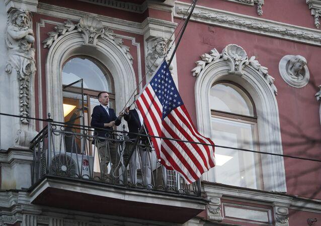 Le drapeau américain retiré du consulat US à Saint-Pétersbourg