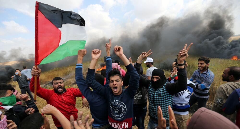 Des Palestiniens lors d'une manifestation de protestation à la frontière entre Israël et Gaza, le 30 mars 2018